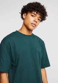 Urban Classics - Basic T-shirt - bottlegreen - 4