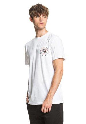 CLOSE CALL - Print T-shirt - white