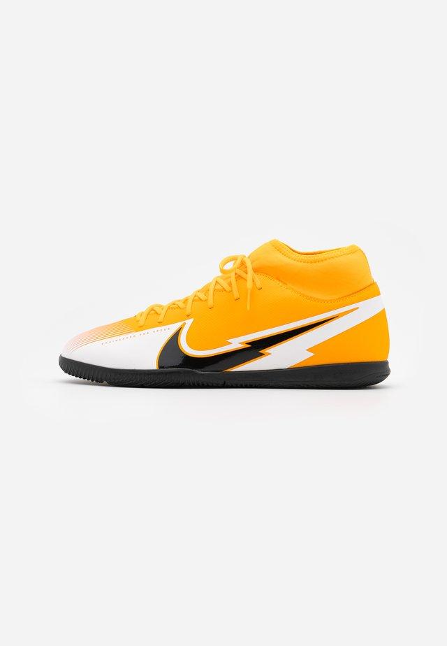 MERCURIAL 7 CLUB IC - Fußballschuh Halle - laser orange/black/white