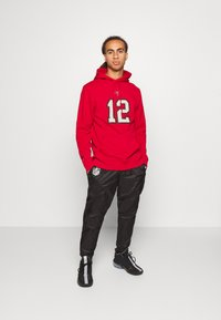 Fanatics - NFL TOM BRADY TAMPA BAY BUCCANEERS ICONIC NAME & NUMBER GRAPHIC  - Hoodie - game red - 1