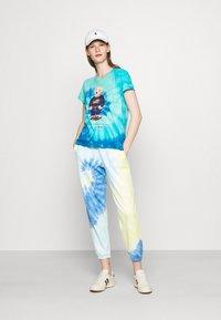 Polo Ralph Lauren - TIE DYE BEAR SHORT SLEEVE - T-shirt con stampa - blue jerry - 1