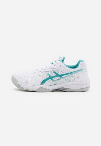 GEL DEDICATE 6 INDOOR - Tenisové boty na umělý trávník - white/techno cyan