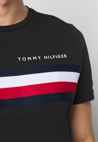 Tommy Hilfiger - GLOBAL STRIPE TEE - T-shirt z nadrukiem - black - 5
