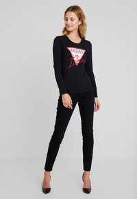 Guess - ICON TEE - T-shirt à manches longues - jet black - 1