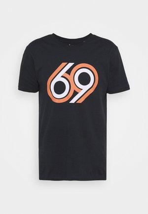 ALDER 69 FRONT PRINT - Camiseta estampada - total eclipse