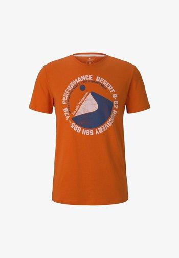 MIT WÜSTEN-PRINT - Print T-shirt - true orange