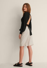 NA-KD - OPEN BACK PLEATED BLOUSE - Long sleeved top - black - 3