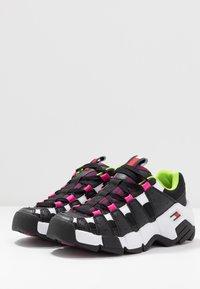 Tommy Jeans - JAWZ  - Sneakersy niskie - black/white/green gecko/pink glow - 4