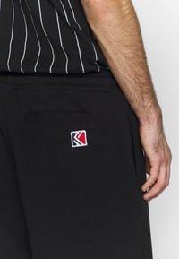 Karl Kani - SIGNATURE RETRO - Pantalon de survêtement - black/white - 5
