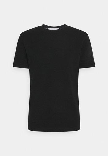 MONOGRAM BADGE WAFFLE TEE - Print T-shirt - black