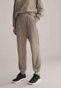 OYSHO - Teplákové kalhoty - beige - 0