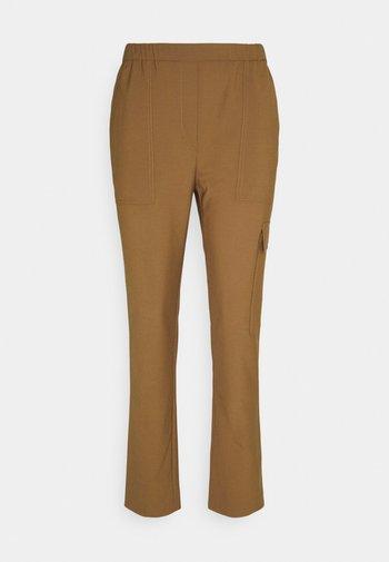 PANTS SMART MEDIUM RISE CROPPED ELASTIC IN WAISTBAND - Cargo trousers - desert camel