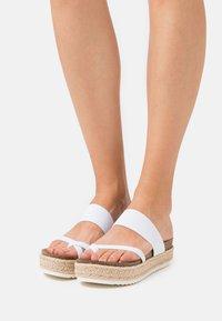 Madden Girl - CASE - Sandály s odděleným palcem - white - 0