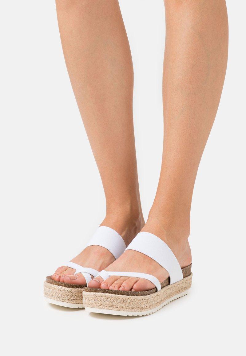 Madden Girl - CASE - Sandály s odděleným palcem - white