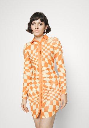 WARPED PATTERN DRESS - Shift dress - orange/cream