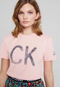 Calvin Klein Jeans - REVERSED LOGO MODERN SLIM TEE - Printtipaita - blossom - 4