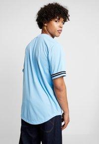 Karl Kani - COLLEGE BASEBALL  - Shirt - light blue/yellow/navy - 2