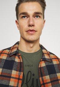 s.Oliver - T-shirt z nadrukiem - khaki/oliv - 3