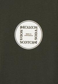 Scotch & Soda - GRAPHIC LOGO - T-shirt con stampa - uniform green - 2