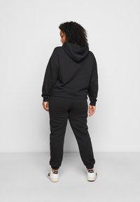 Pieces Curve - PCCHILLI PANTS - Trousers - black - 2