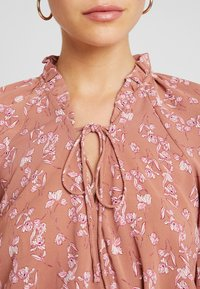 Missguided - PURPOSEFUL FLORAL PLUNGE FRILL SLEEVES BODYSUIT - Blouse - blush - 5