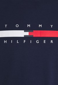 Tommy Hilfiger - GLOBAL STRIPE CHEST TEE - Print T-shirt - yale navy - 2