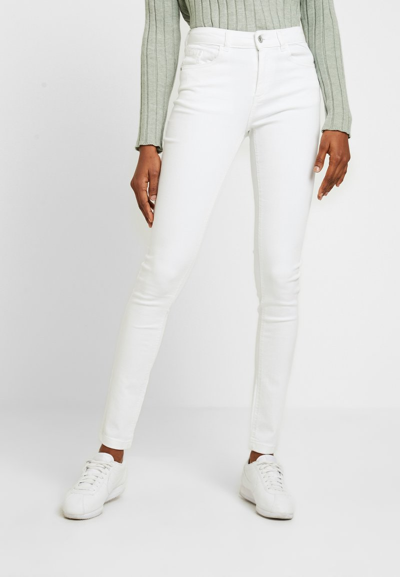 b.young - LOLA LUNI  - Slim fit jeans - optical white