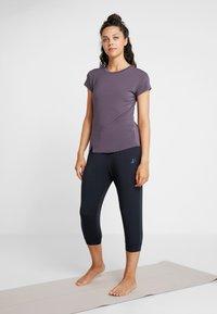 Curare Yogawear - SLIT - Print T-shirt - aubergine - 1
