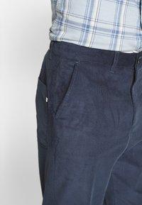 Farah - HAWTIN - Spodnie materiałowe - yale - 3