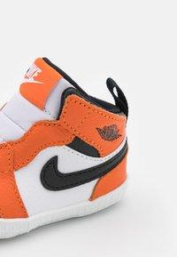 Jordan - 1 CRIB UNISEX - Sportovní boty - white/black/starfish - 5