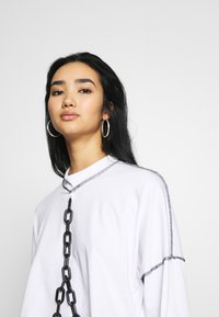 The Ragged Priest - PLASTIC CHAIN DRAPE SKATER TEE - Topper langermet - white - 3