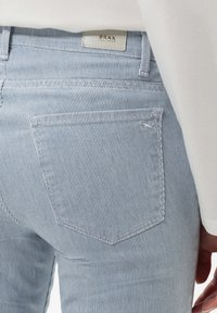 BRAX - STYLE SHAKIRA - Pantalon classique - clean light blue - 4