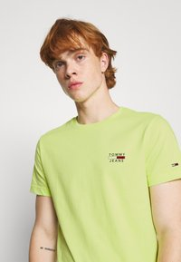 Tommy Jeans - CHEST LOGO TEE - Print T-shirt - green - 3