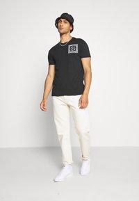 AllSaints - BADMANNA CREW - Print T-shirt - jet black/optic white - 1