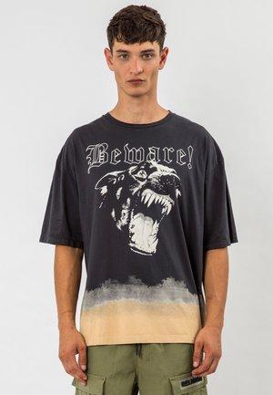 BEWARE TEE - T-shirt print - wblack/safari