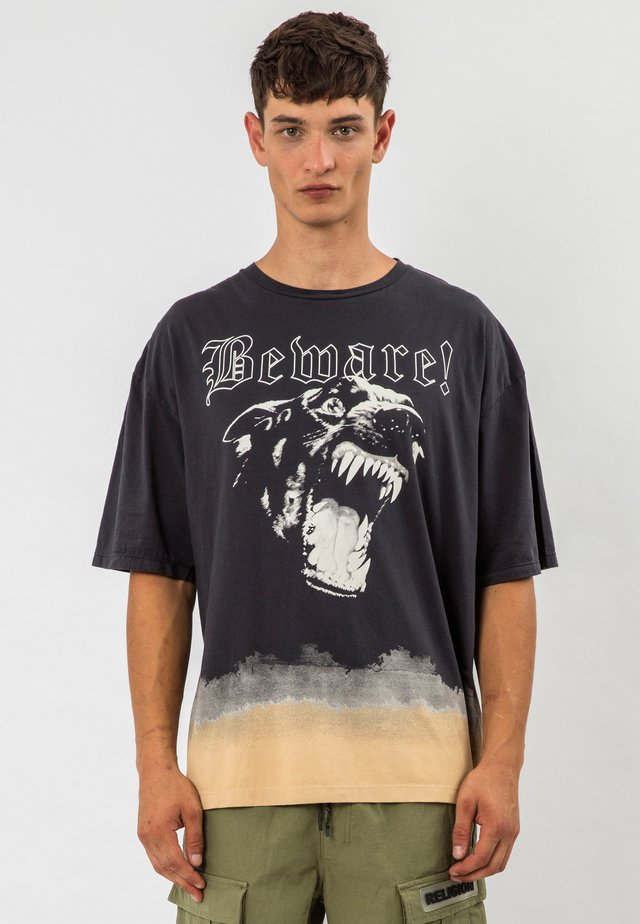 BEWARE TEE - T-shirt med print - wblack/safari