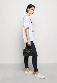Love Moschino - TOP HANDLE CROC BAGUETTE CROSSBODY WITH TONAL CHAIN - Handbag - nero - 0