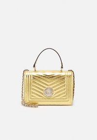 Guess - LIDA CONVERTIBLE XBODY FLAP - Håndtasker - gold-coloured - 0