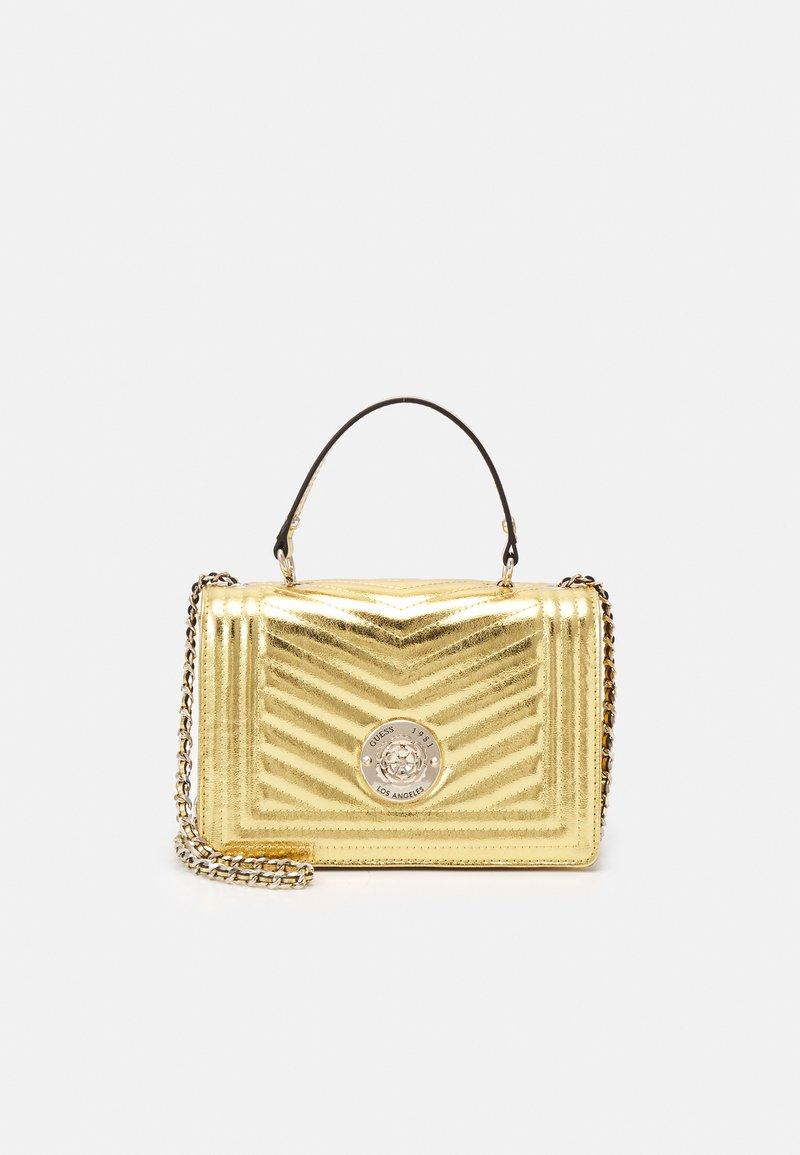 Guess - LIDA CONVERTIBLE XBODY FLAP - Håndtasker - gold-coloured