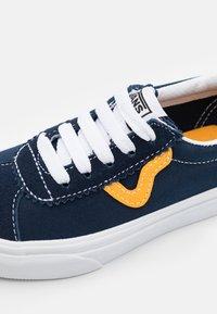Vans - SPORT UNISEX - Zapatillas - dress blue/saffron - 5