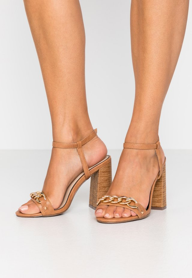WIDE FIT SHAM CHAIN BLOCK HEEL - Sandales à talons hauts - tan
