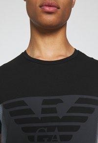 EA7 Emporio Armani - Print T-shirt - black - 5