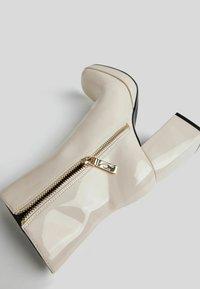 Bershka - Korte laarzen - off-white - 5