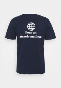 Les Petits Basics - POUR UN MONDE MELLIEUR UNISEX - T-shirt print - navy/white - 1
