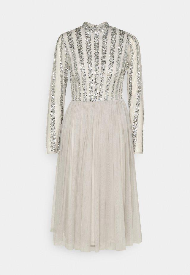 CUT OUT BACK EMBELLISHED MIDI DRESS - Sukienka koktajlowa - soft grey