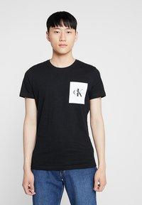 Calvin Klein Jeans - MONOGRAM POCKET SLIM TEE - T-shirt imprimé - black - 0