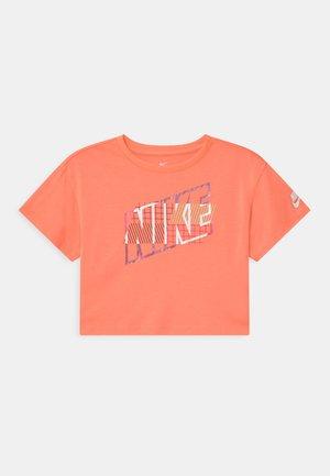 SHORT SLEEVE DRAPEY GRAPHIC - T-shirt z nadrukiem - bright mango