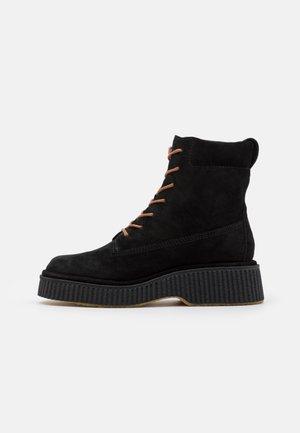 SLOANE BOOT - Platform-nilkkurit - black