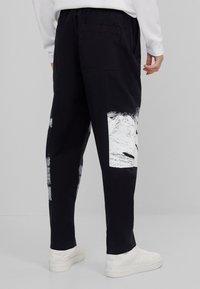 Bershka - Spodnie treningowe - black - 2