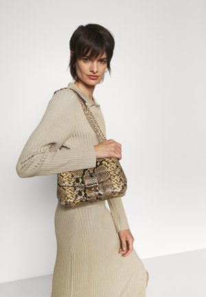 SOHO CHAIN - Across body bag - camel
